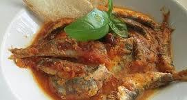 Piatto di acciughe in salsa di pomodoro come da tradizione ligure. BAGNUN DI ACCIIUGHE.
